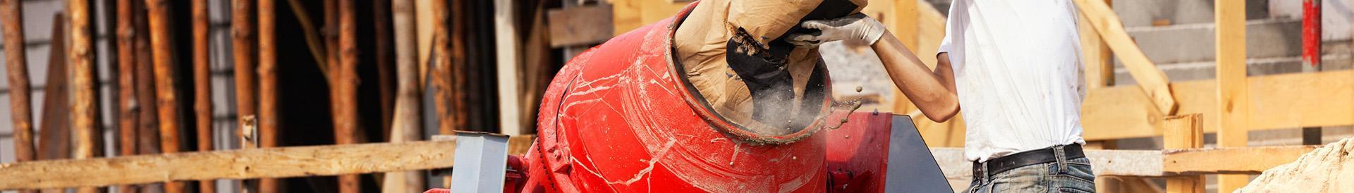 wlewanie cementu do betoniarki